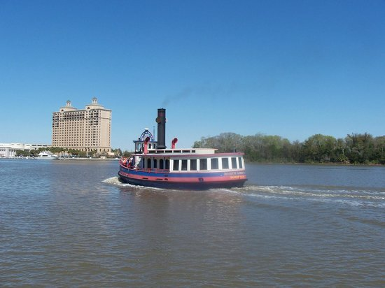 Savannah Marriott Riverfront: Something is always going up or coming down the river!