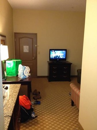 Country Inn & Suites by Radisson, Doswell (Kings Dominion), VA: bedroom to living room