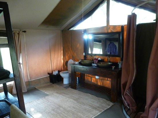 Dunia Camp, Serengeti:                   bathroom in tent