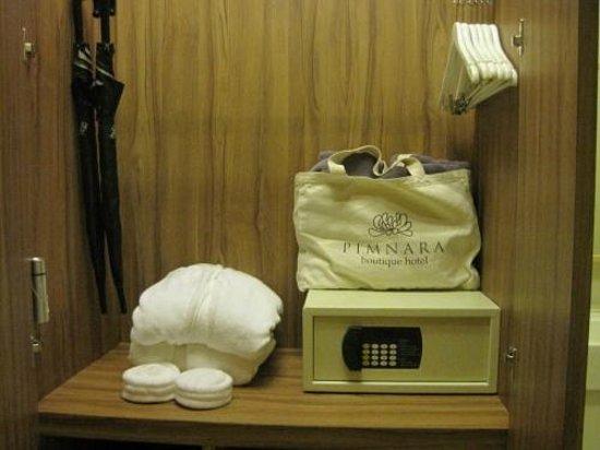 Pimnara Boutique Hotel: 金庫・バスローブ・ビーチセット