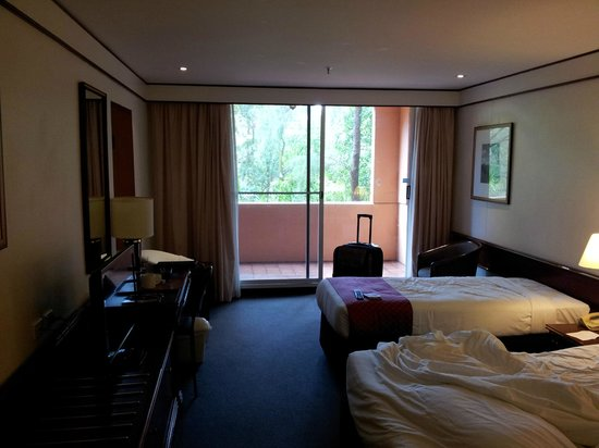Metro Aspire Hotel Sydney: room looking toward balcony from door area