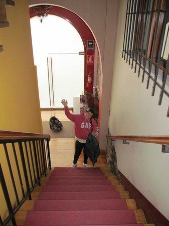 Don Bosco Hotel: Escalera que conduce a las habitaciones