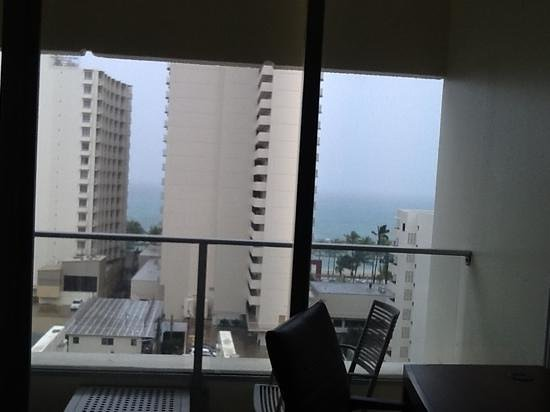 Hyatt Place Waikiki Beach: The view on the Ocean View rm # 1017, it was raining!