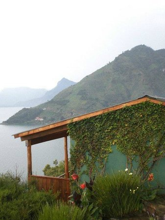 Lomas de Tzununa: A borda do terraço do nosso quarto com o vulcão atrás