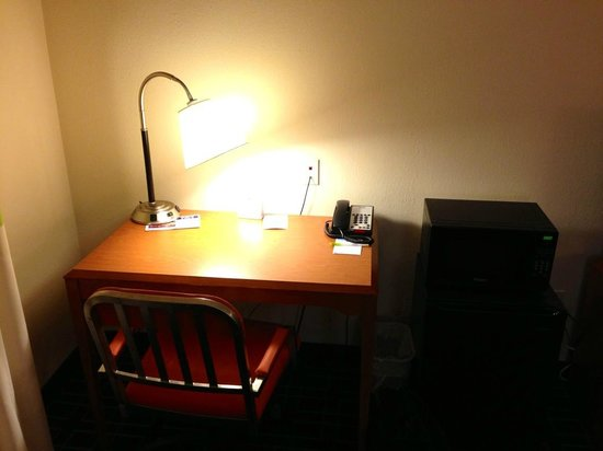 Fairfield Inn & Suites by Marriott Cookeville: Work area with fridge and microwave