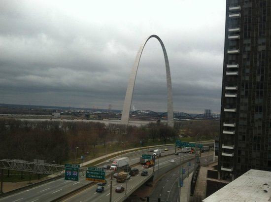 Hampton Inn - St. Louis Downtown at the Gateway Arch: Great view of the Arch from our room.