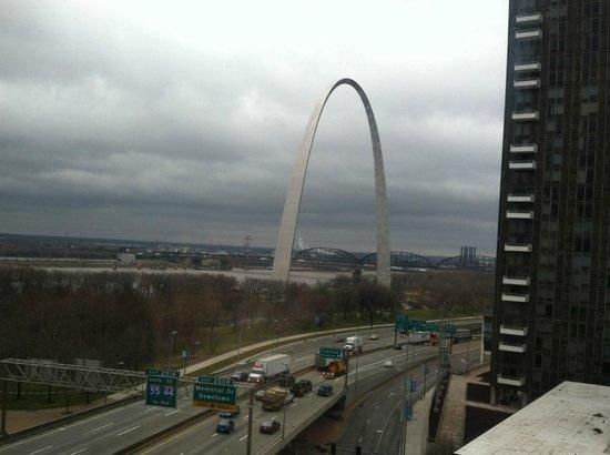 هامبتون إن جيتواي أرك داون تاون: Great view of the Arch from our room.