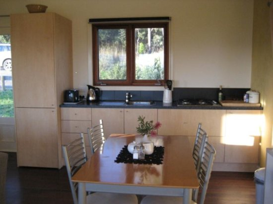 Outlook Hill Vineyard & Cottages: Spa cottage kitchen