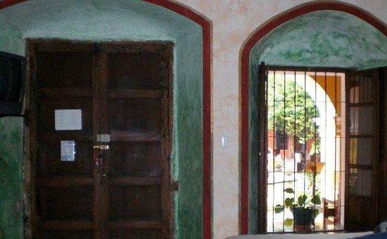Hotel Convento Santa Catalina: De dentro do quarto a porta antiga e a janela para o terraço.