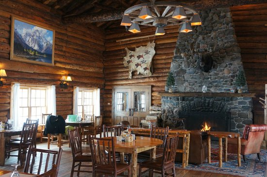 Brooks Lake Lodge and Spa: Main dining room & fire place