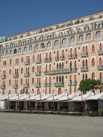 Hotel Excelsior Venice: View of the hotel from the beach