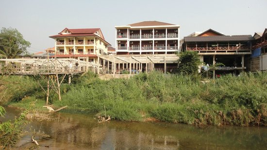 Bansuan Riverview Bungalows: Do not choose bungalows that face these bars & restaurants, they are noisy at night