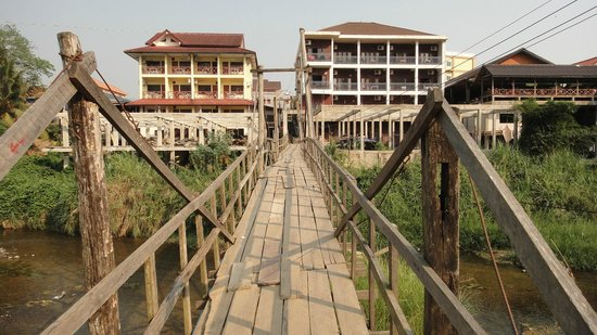 Bansuan Riverview Bungalows: Bamboo bridge from guesthouse to town