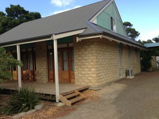 Kangaroo Island Garden Cottages: external view from driveway