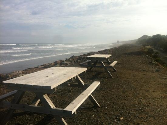 Punakaiki Beachfront Motels: picnic tables over looking the beach
