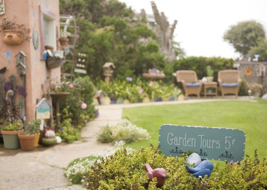 Seaside Motel: Backyard Garden