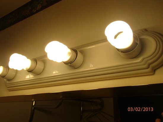 Chippewa Motel: No globes on light bar over sink