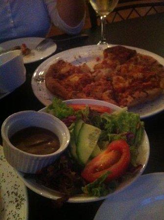 Porto Bello Bar & Grill: yummy pizza & salad
