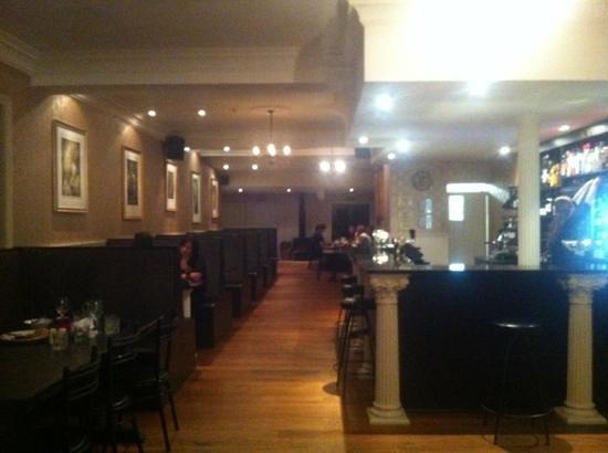 Porto Bello Bar & Grill: main bar just before closing time