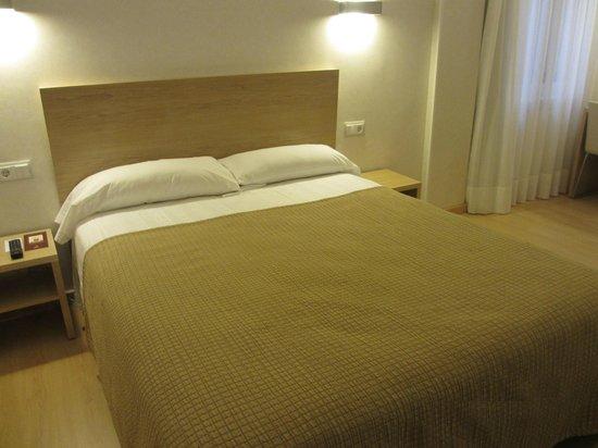 Regente Hotel :                   レジェンテ改装したばかりの部屋(ベッド)