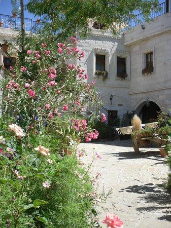 Caravanserai Cave Hotel: Garden
