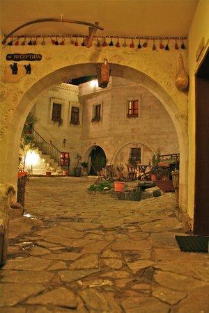 Caravanserai Cave Hotel: Entrice the garden