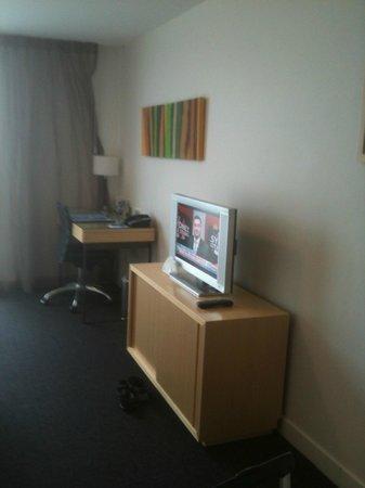 مانتا ساوث بانك: small desk area, 1 free power point