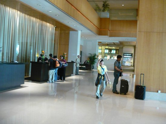Amara Singapore: Spacious uncluttered lobby