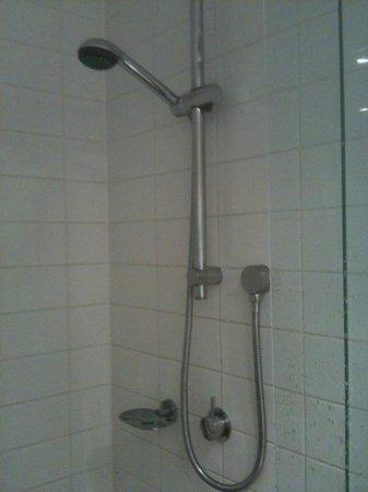 مانتا ساوث بانك: tiny shampoo shelf