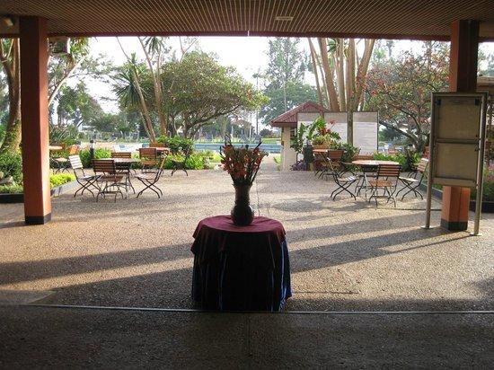Marasa Umubano Hotel: ホテルの建物から庭に向かって