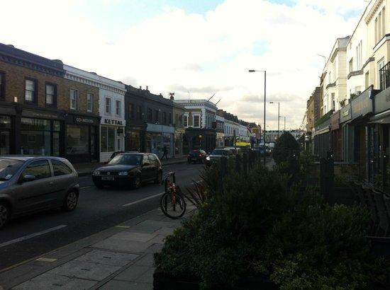 Mare Moto: la kings'road e di fronte il bar per la colazione, a destra una pizzeria italiana