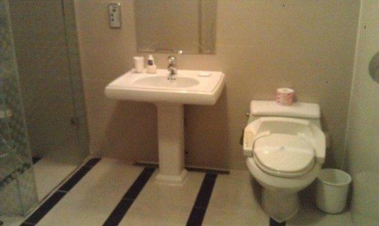 Kobos Hotel: ภายในห้องน้ำ