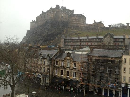 Apex Grassmarket Hotel: view of castle from hotel room