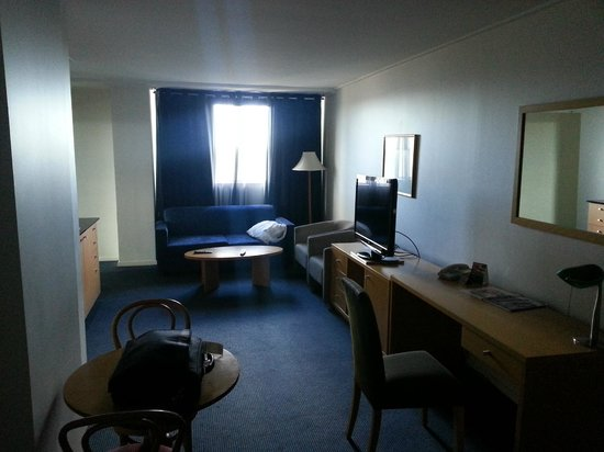 Parramatta Waldorf Apartment Hotel: The desk lamp and lamp in the far corner do not light the room up enough