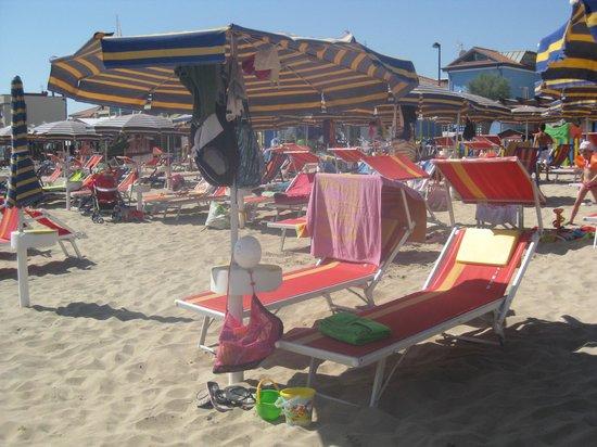 Hotel Biancaneve: Il nostro ombrellone con due lettini (inclusi nel prezzo)