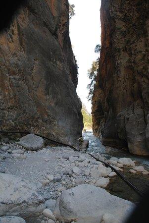 Samaria Gorge National Park: Два склона гор сходятся очень близко, образуя ворота
