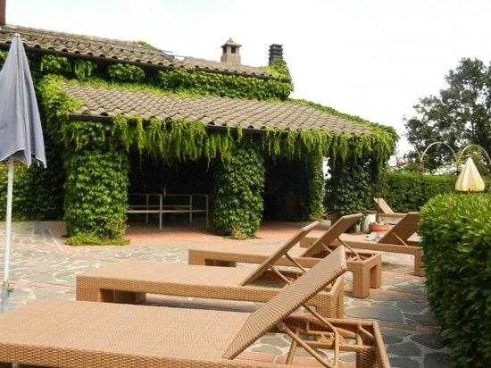 Hotel Prategiano - Maremma Toscana: Poolterrasse mit einer schattigen Tischtennispatte