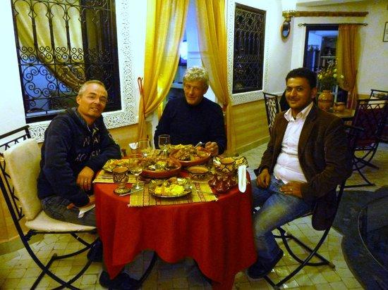 Riad Ain Marrakech : Avec le Propriétaire et Dahan autour d'un bon couscous!