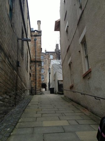 Stay Edinburgh City Apartments - Royal Mile: Slope up to Royal Mile from the apartment