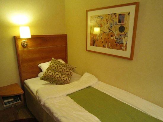 Scandic Klara: ベッド、色使いが北欧っぽいです