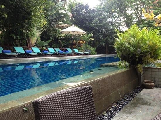 Ariyasomvilla: pool/breakfast area