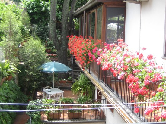Villa Rosa  Etna Bed & Breakfast: Town center - garden with secular trees