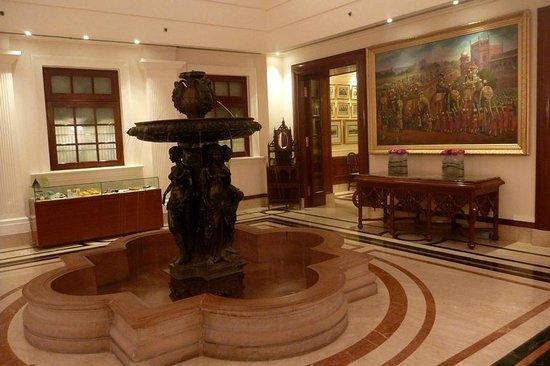 The Imperial Hotel: Una delle sale lungo il corridoio di ingresso