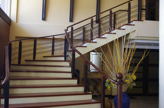MO2 Westown Hotel Bacolod - Downtown: Lobby staircase