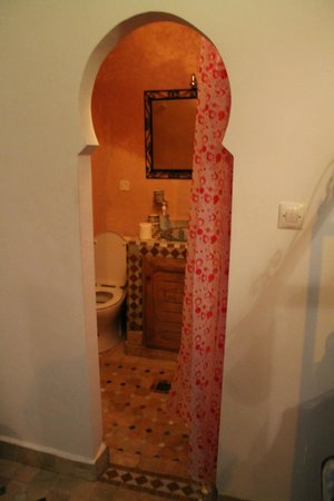 dar labchara : Bathroom with curtain for door