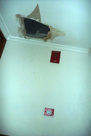 Milan Palace Hotel Allahabad: A broken ceiling near the elevators, second floor