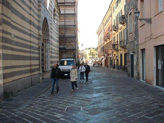 Sulle Ali Del Tempo: via Enrico d'Aste il cuore del centro storico di Albenga