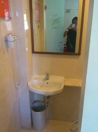Tune Hotel - Double Six, Legian: Bathroom Entrance