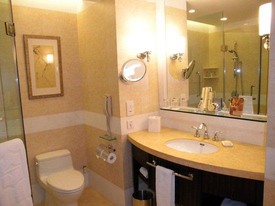 Shangri-La Hotel Guilin: Baño Habiatcion