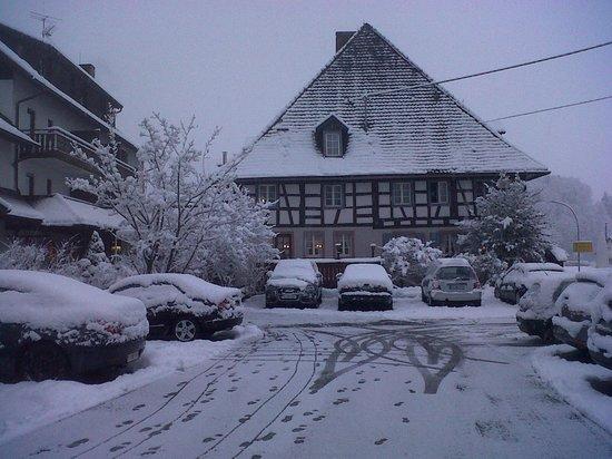 Landidyll Hotel Zum Kreuz: Aanzicht vanaf parkeerplaats